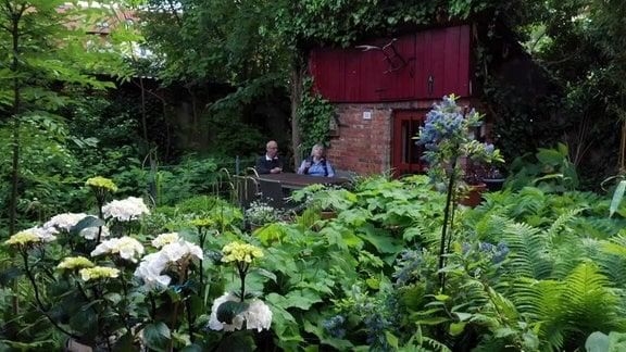 Älteres Paar sitzt in einem Garten