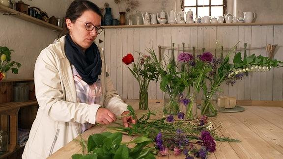 Franziska Pickert bindet Sträuße