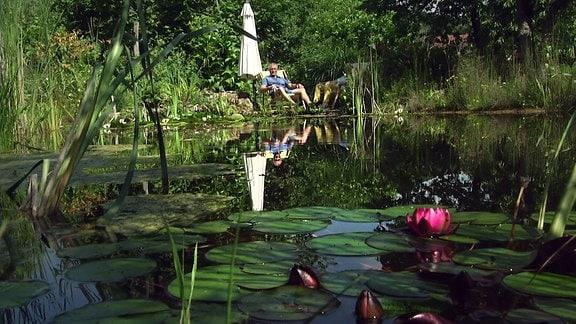 Die Künzlers relaxen an ihrem Teich