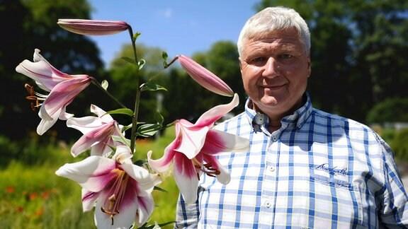 Lilienexperte Stefan Strasser mit einer Lilie