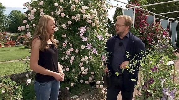 MDR Garten-Moderator Jens Haentzschel im Gespräch mit Clematis-Expertin Antje Tolksdorf