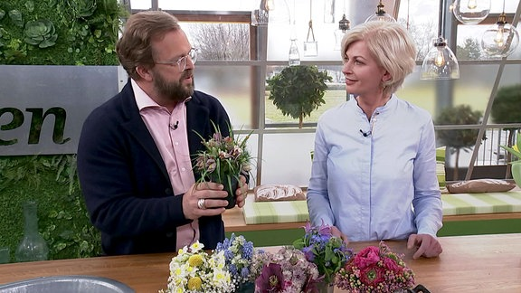 MDR Garten-Moderator Jens Haentzschel im Gespräch mit Floristin Kathrin Katt