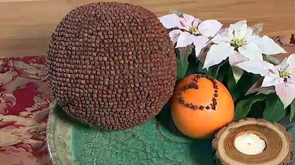 Mit Nelken verzierte Orangen