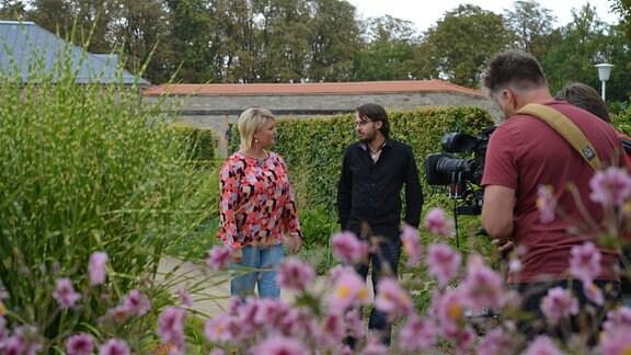Moderatorin Diana Fritzsche Grimmig spricht mit dem Gräserexperten Daniel Zugwurst im Gräsergarten des egaparks.