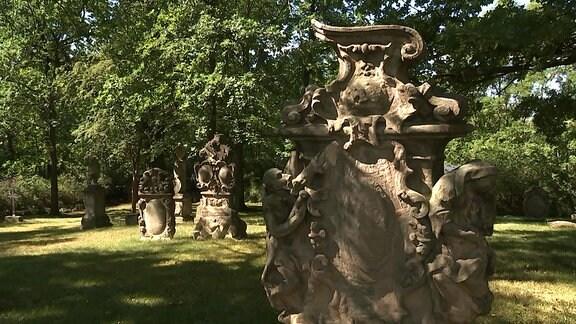 Friedhof mit verzierten, alten Grabsteinen