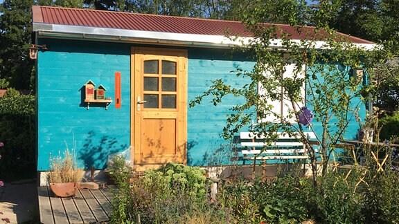 Türkise Gartenlaube mit Holztür