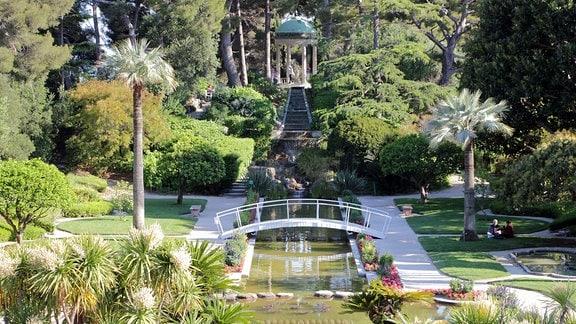 Blick auf die Wasserachse im Park Ephrussi de Rothschild bei Nizza in Südfrankreich.
