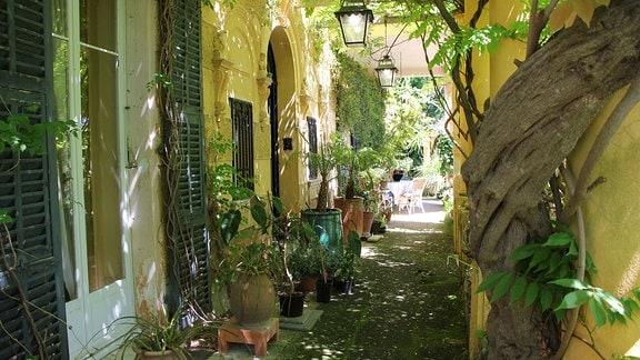 Ein Geschäft mit Töpferwaren in verschiedenen Farben in der Altstadt des französischen Bergdorfes Gourdon an der Côte d'Azur.