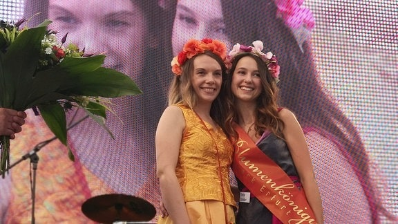 Rechts steht Tanja Schiller, die neue Blumenkönigin. Links im Bild die ihre Vorgängerin Julia Dombrowsky.
