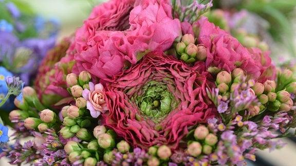 rosaroter Blumenstrauß mit Ranunkel Statice und Calanchoe