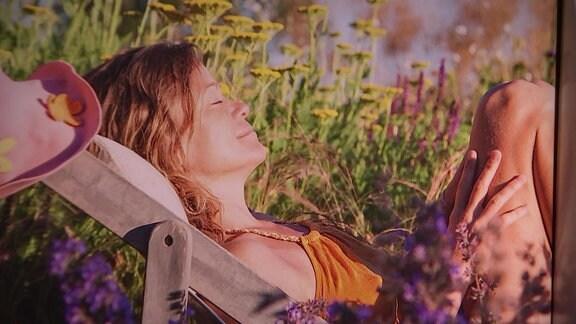 Eine Frau liegt in ihrem Garten