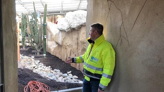 Projektleiter Sandro Schollmeyer blickt auf der Baustelle im Danakil-Haus.