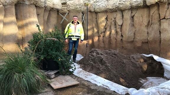 Projektleiter Sandro Schollmeyer steht auf der Baustelle des Danakil-Hauses.