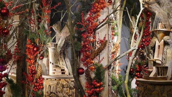Installation aus Holz und roten  Früchten in der Ausstellung Florales zur Weihnachtszeit im Domfelsenkeller Erfurt