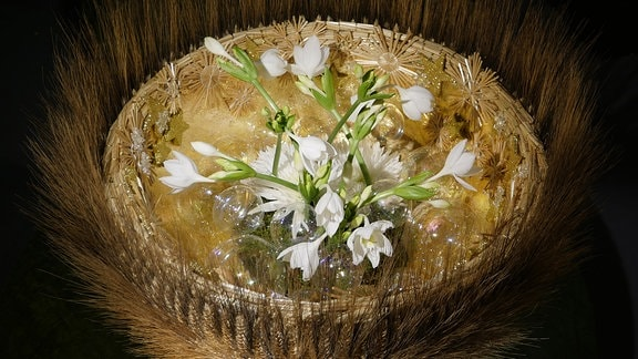 Arrangement aus Getreide, weißen Blüten und Weihnachtskugeln in der Ausstellung Florales zur Weihnachtszeit im Domfelsenkeller Erfurt
