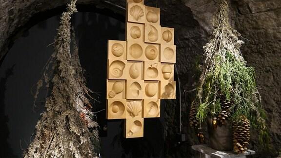 Installation aus Holzformen und geschmücktem Tannengrün in der Ausstellung Florales zur Weihnachtszeit im Domfelsenkeller Erfurt