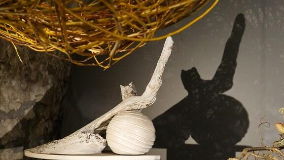 Holzwurzel und Porzellankugel in der Ausstellung Florales zur Weihnachtszeit im Domfelsenkeller Erfurt
