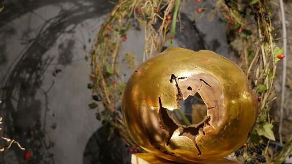 Vergoldete Holzskulptur in der Ausstellung Florales zur Weihnachtszeit im Domfelsenkeller Erfurt
