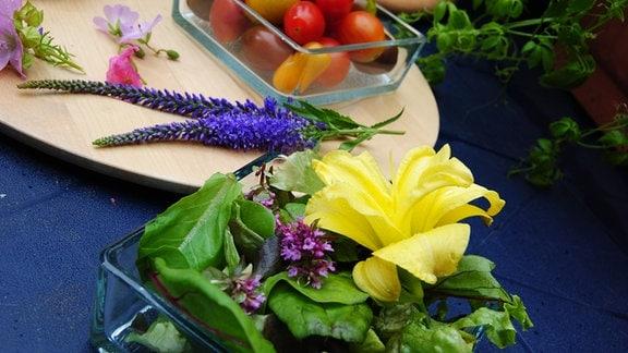 Salat mit Blüten aus dem Garten dekorieren