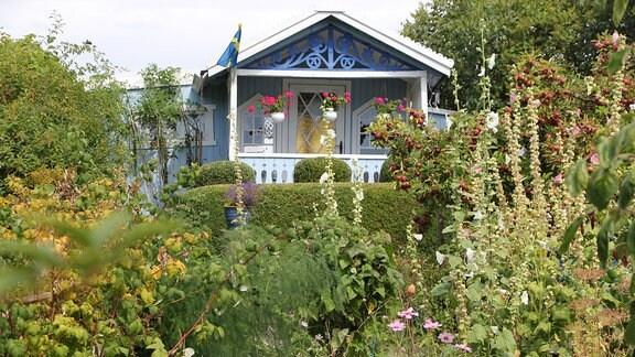 Ein blaues Gartenhaus in der Kleingartenkolonie Landskrona in Schweden.