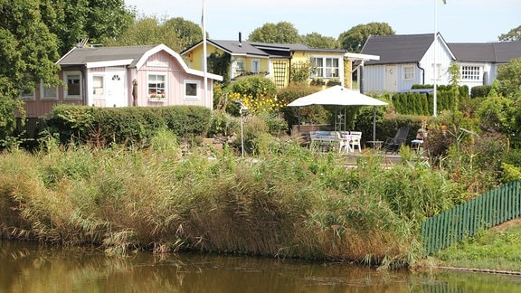Verschiedene Gartenhäuser der Kleingartenkolonie Landskrona in Schweden am See.
