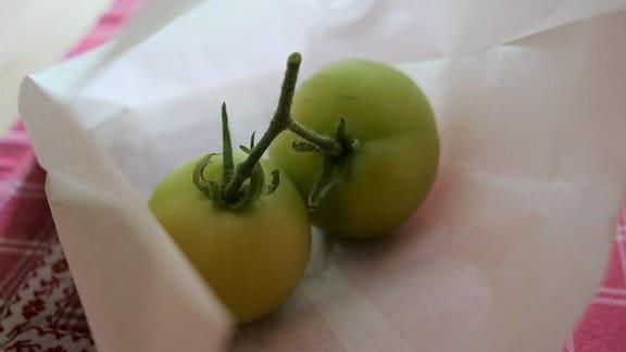 Grüne Tomaten in Papiertüte
