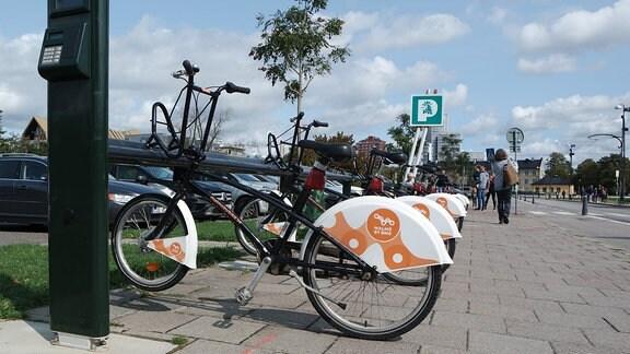 Fahrräder an einer Radstation in Malmö in Schweden.