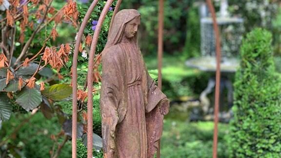 Blick in den Garten Ulbrich in Solingen, Madonnenfigur.