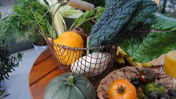 Kürbis, Tomaten, und anderes Garten-Gemüse aus eigener Ernte
