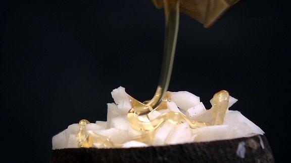 Honig wird über Rettich gegossen