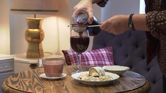 Selbstgemachten Gewürzwein Hypocras servieren