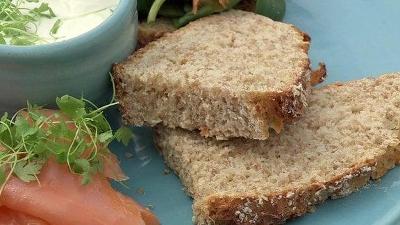 Brotscheiben und Lachs auf einem Teller