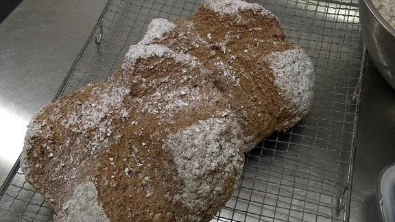 Zwei Brotlaibe mit Einschnitt in Kreuzform