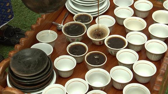 Kaffee-Zeremonie aus Äthiopien mit Ton-Geschirr