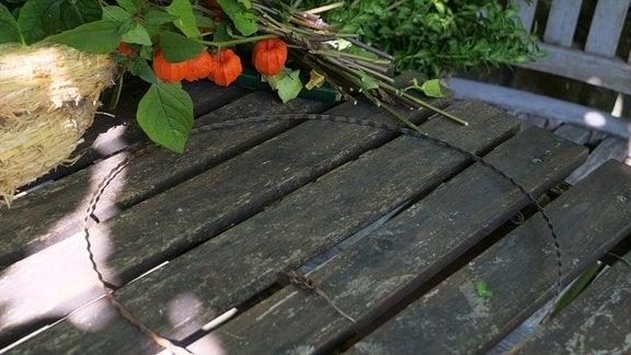 Ein Metallring zum Dekorieren aus dem Floristenbedarf liegt auf einem Tisch.
