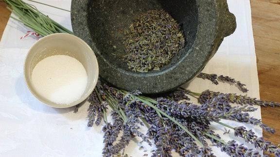 Lavendel, Salz und im Mörser zerriebene Lavendelblüten