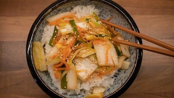 Frisches Kimchi mit Reis in Schale.