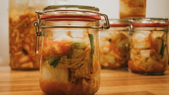Traditionelles Kimchi im Glas.