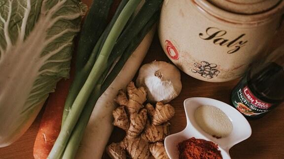 Gemüse und Gewürze als Zutaten für traditionelles Kimchi