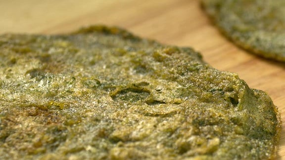 Ein grünes Omelette mit Grünkrautmehl.