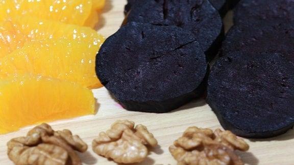 Rote Bete, Orangen und Walnüsse werden zu einem Salat verarbeitet.