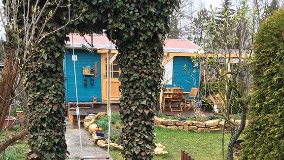 Kleingarten mit geöffneter Gartentür