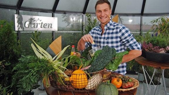 Speerwurf-Olympiasieger Thomas Röhler mixt Smoothie aus Gemüse und Obst