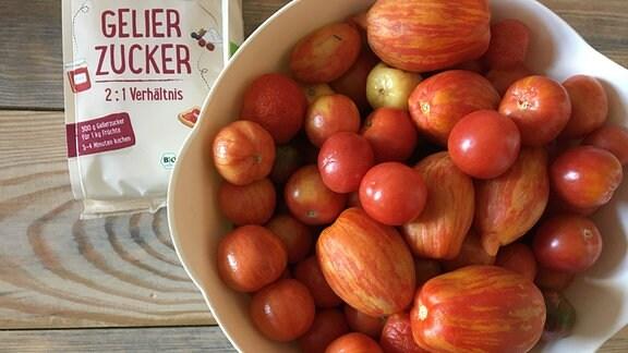 Tomaten in Schale und Gelierzucker