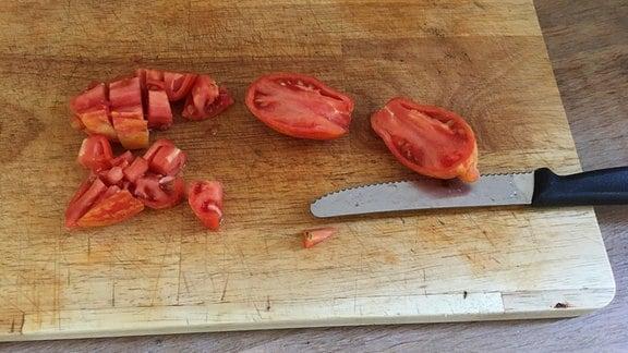 Tomaten mit Küchenmesser halbieren