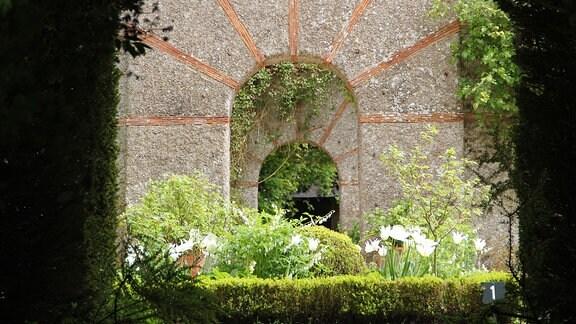 Steinerne Tore im Garten von Bois des Moutiers.