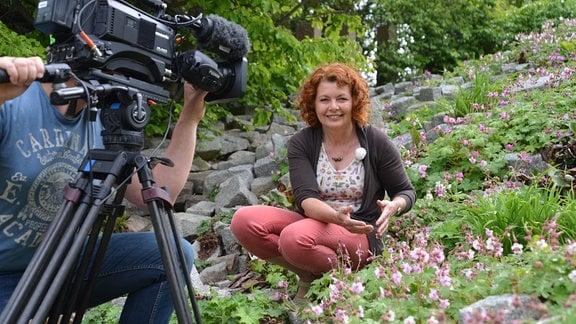 Gartenfachberaterin Brigitte Goss wird von einem Kameramann gefilmt