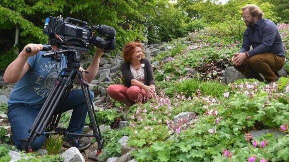 Kameramann filmt Gartenfachberaterin Brigitte Goss und Moderator Jens Haentzschel