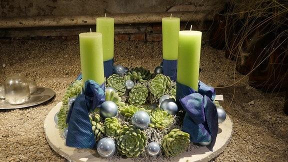 Adventskranz mit Sukkulenten, eisblauen Weihnachtskugeln und grünen Stumpenkerzen