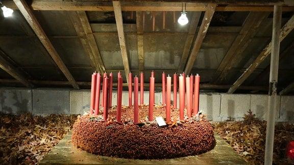 Großer Adventskranz aus roten Beeren und Chillis mit 24 roten Stabkerzen